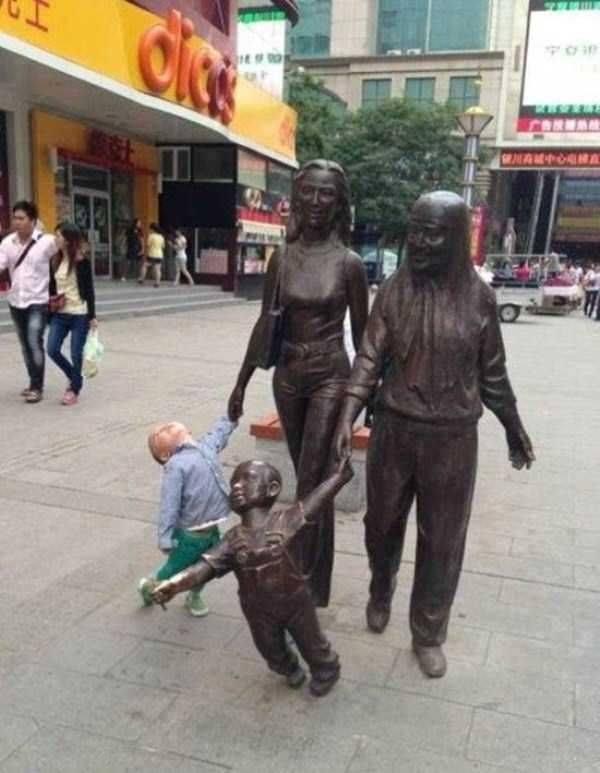 Escultura con ojos de niños