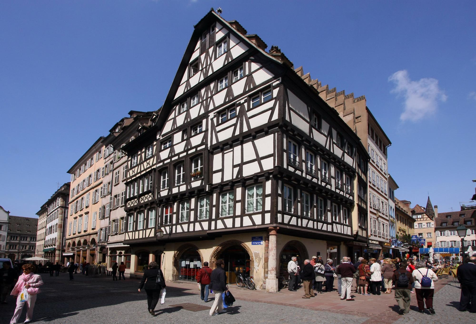 Ancienne_pharmacie_du_Cerf,_à_présent_relais_culturel,_à_l'angle_de_la_rue_Mercière_et_de_la_Place_de_la_Cathédrale,_Strasbourg