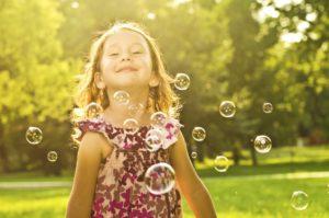 niños jugando / feliz