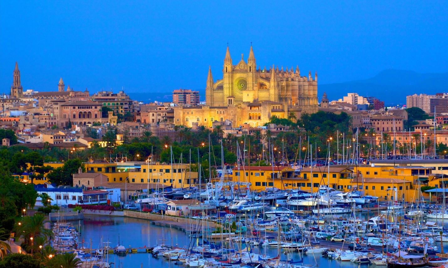 Vista del puerto y la Catedral del Mar
