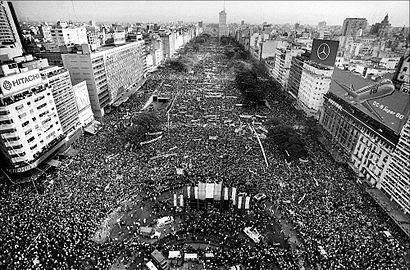 Cierre_de_campaña_de_Raúl_Alfonsín_en_la_Av._9_de_Julio_-_Llamado_a_elecciones_-_1983