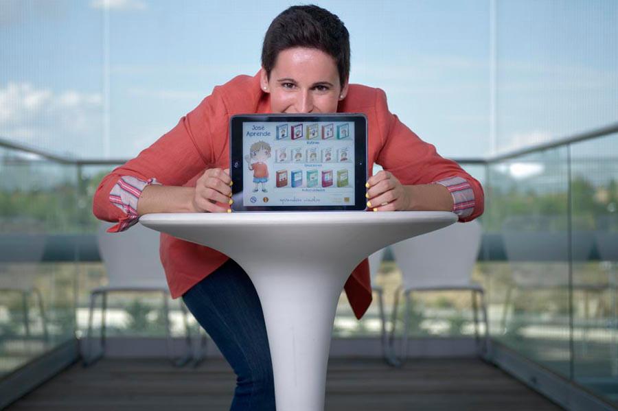 Miriam Reyes muestra la portada del sitio web Aprendicesvisuales.org