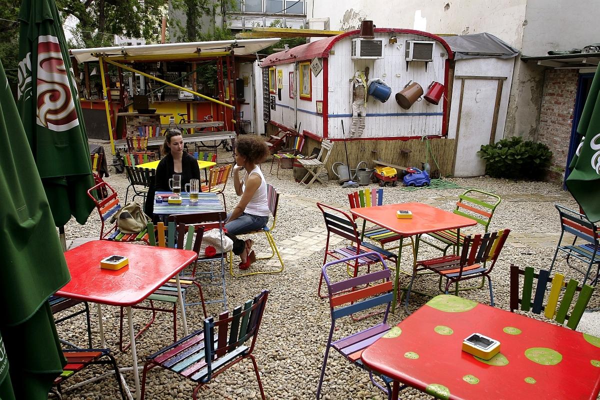 con-patios-al-aire-libre-en-el-buen-tiempo-24101