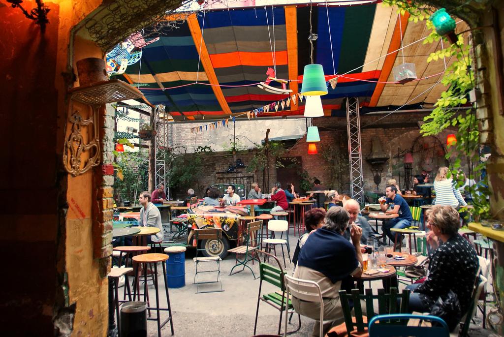 Una visita obligada en budapest los bares en ruinas for Oficina turismo budapest