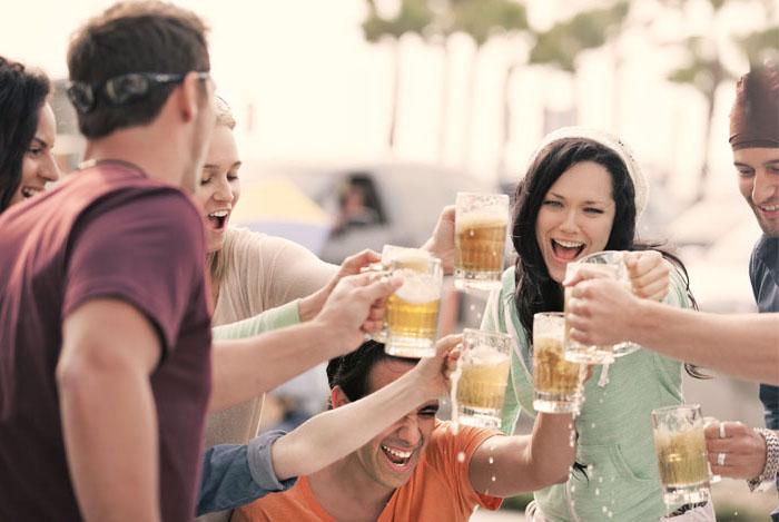 grupo-amigos-bebiendo