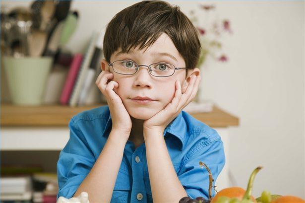 niños con anteojos