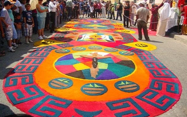 Antigua guatemala y sus alfombras de aserr n multicolor for Origen de alfombra