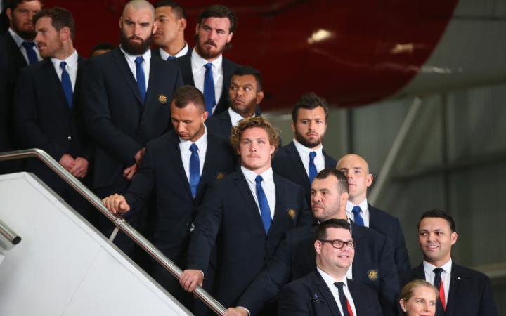 El equipo nacional de rugby de Australia, llegando a casa, completamente vestidos
