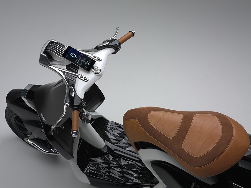 El modelo incorpora un espacio para alojar un smartphone entre sus utilidades