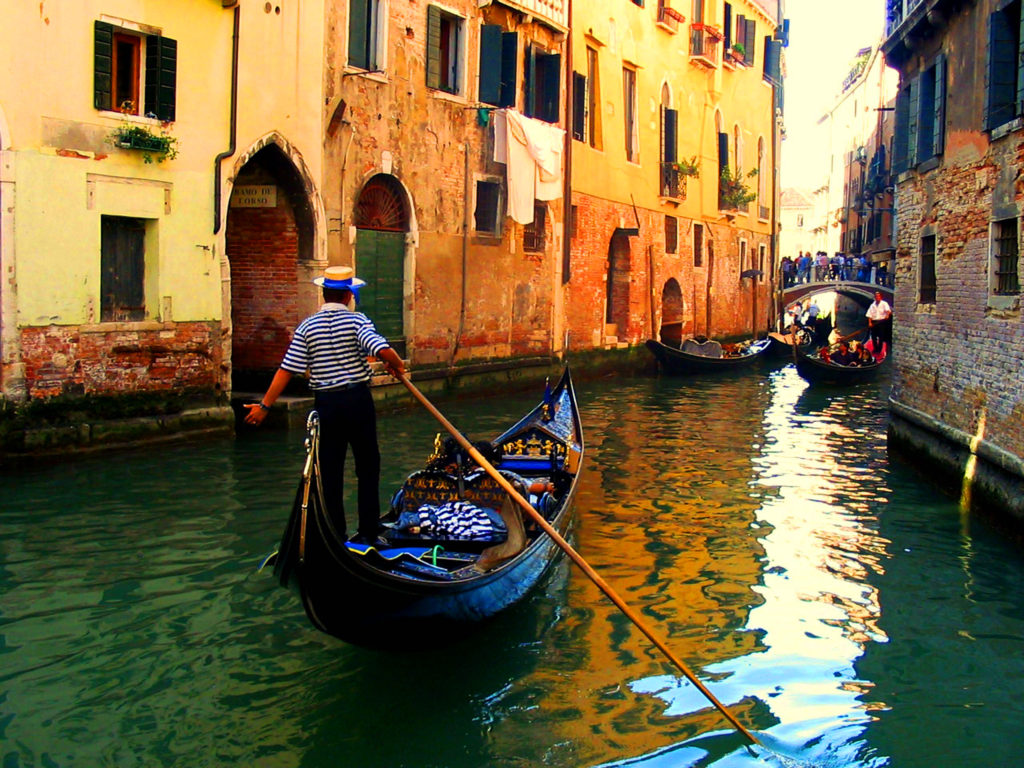 Enfre-en-el-canal-de-Venecia-Veneto-Italia