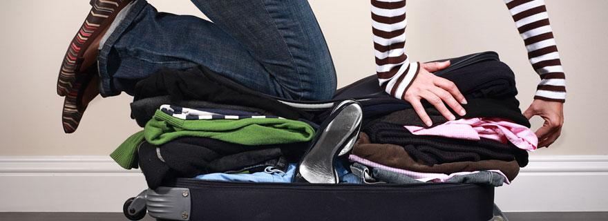 doblar la ropa para hacer la valija