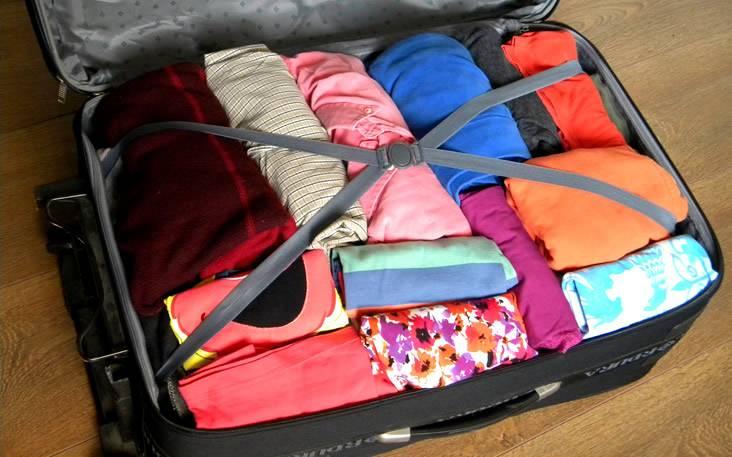 enrollar la ropa para hacer la valija