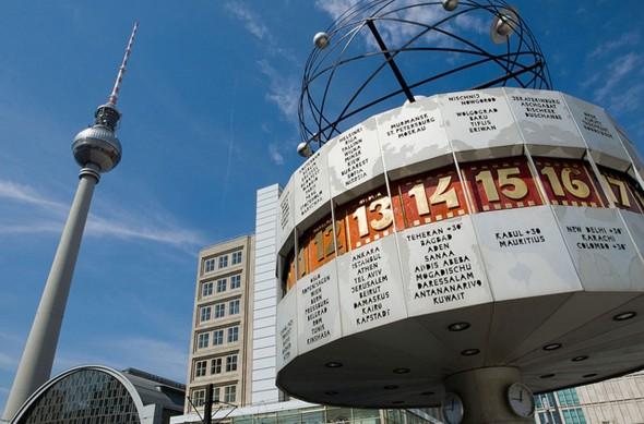 1500-Berlin-Alexanderplatz-Weltzeituhr-und-Fernsehturm-1500x990-590x389