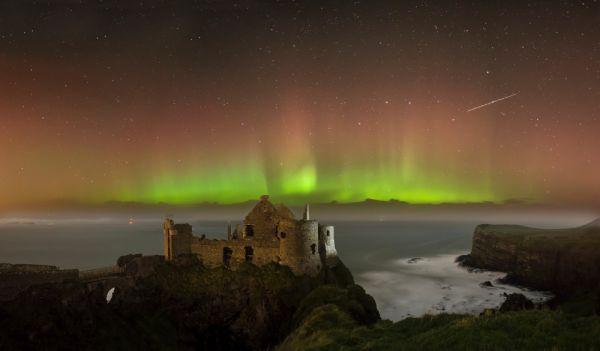 © Lux Venit - Aurora boreal sobre las ruinas del Castillo de Dunluce.