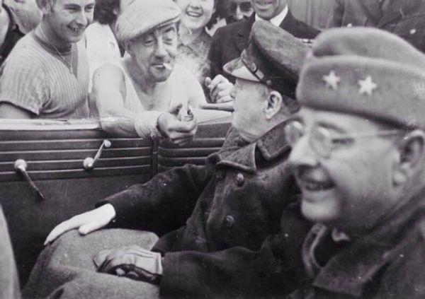 El Primer Ministro inglés recibiendo fuego de un hombre francés en 1944