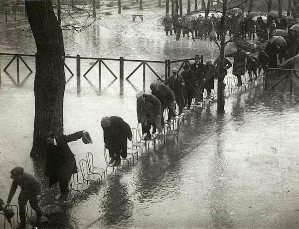 Inundación en 1924 en París: puente de sillas para cruzar