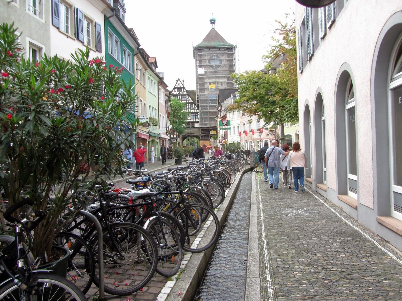viaje a alemania 1 12-07-2014 FRIBURGO canal de agua y bicicletas