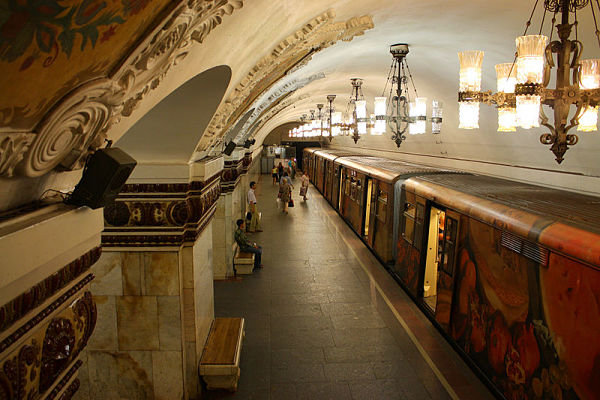 800px-Museum_train_on_the_Moscow_Metro_opt