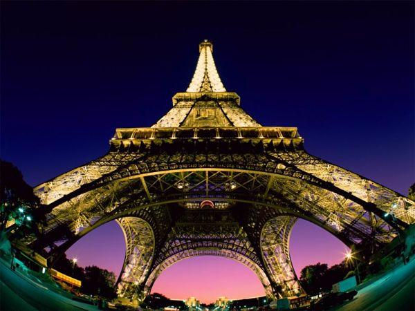 Torre_Eiffel_Desde_Abajo_opt