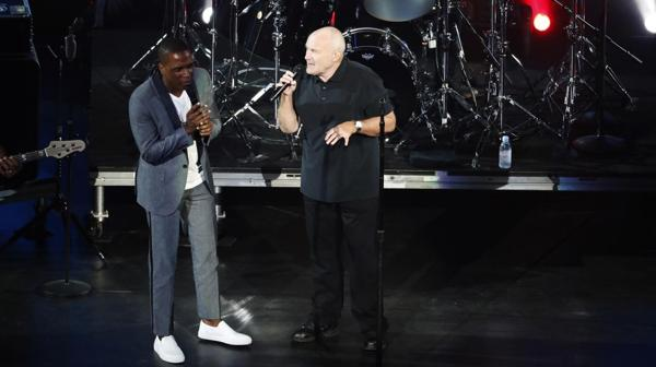 "Phil Collins y Leslie Odom Jr. en ""Easy Lover"""