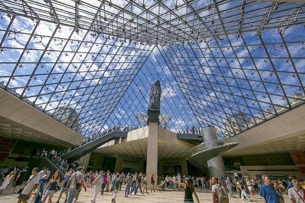 Interior-de-la-Pirámide-del-Louvre_opt