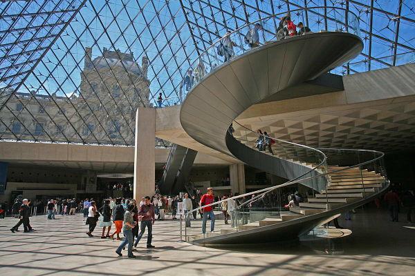 Louvre_Pyramide_Paris_600