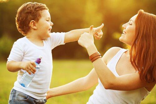 madre-e-hijo-hablando-y-jugando-en-el-campo