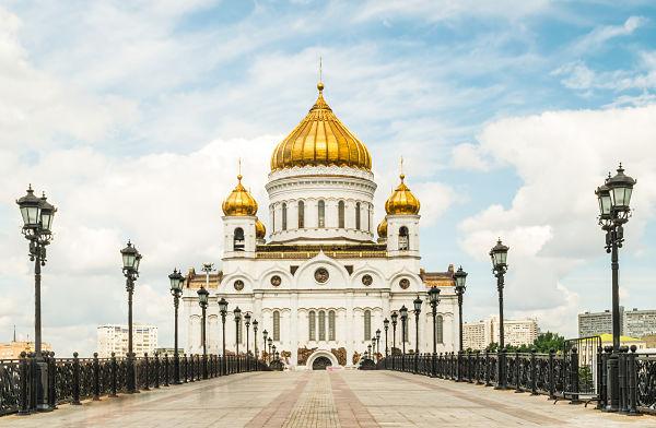 El puente y la Catedral del Patriarca de Cristo El Salvador. Moscú, Rusia 600