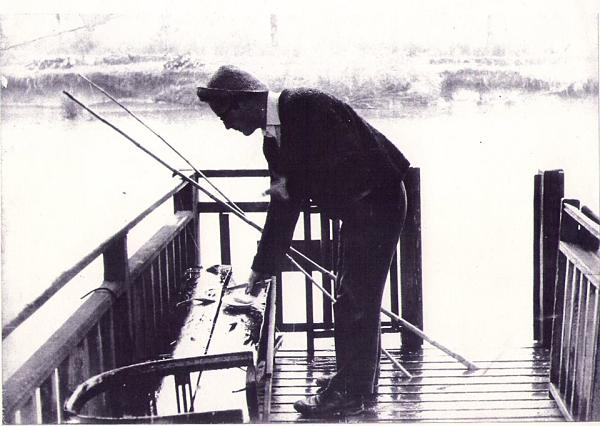 Rodolfo Walsh pescando en el río Carapachay