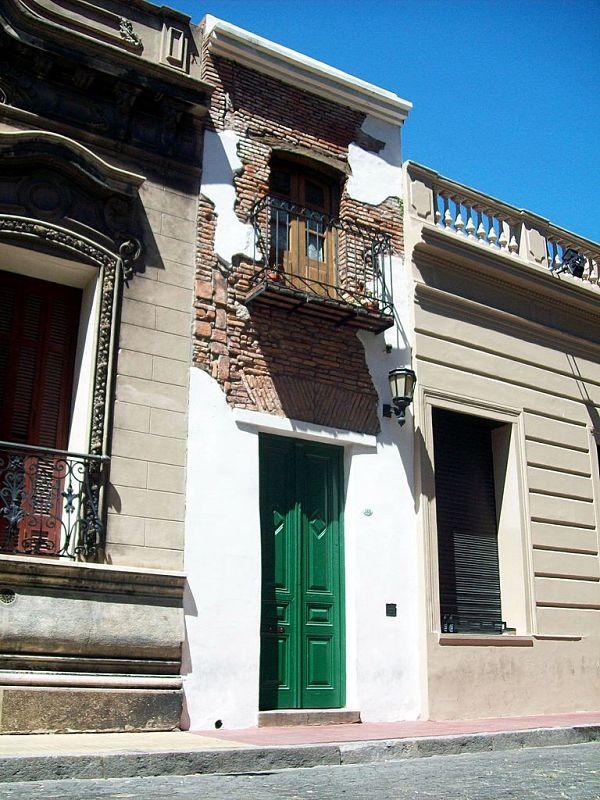Casa Mínima, tiene 2,5 metros de ancho, su construcción data de principios del siglo XIX y se ubica en el Pasaje San Lorenzo 380