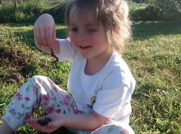 """Sofi """"cosecha"""" gusanos y disfruta de la naturaleza"""