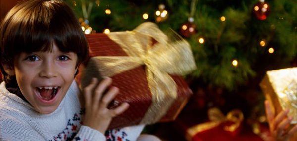 niño regalo navidad 600