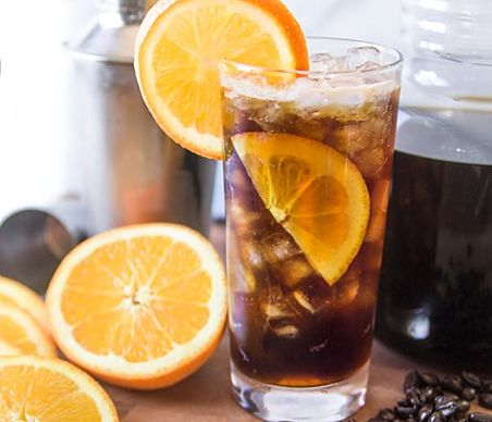 Café frío con naranja