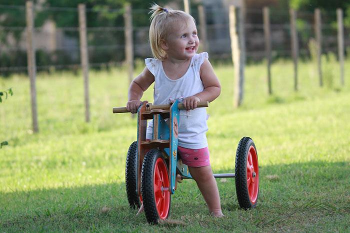 trikids - triciclos de aprendizaje, beba riendo arriba de su triciclo