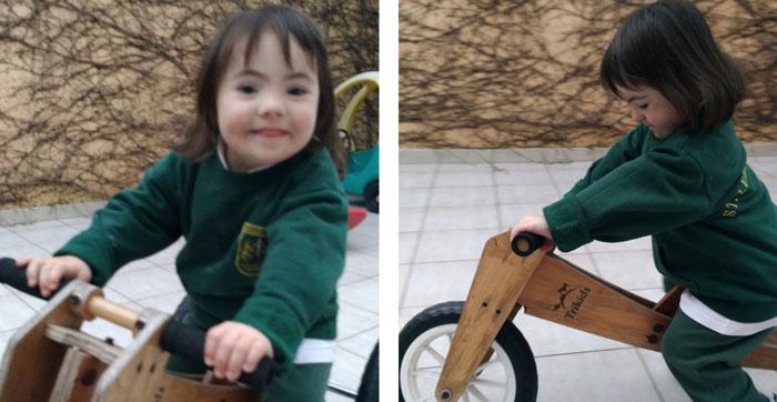 Olivia con su triciclo de aprendizaje