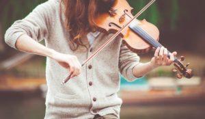Chica tocando instrumento