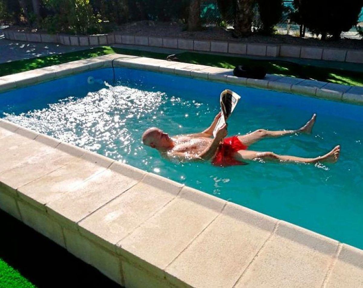 Agua flotante en la que es imposible ahogarse buena vibra for Cuanto cuesta hacer una pileta de material 2016
