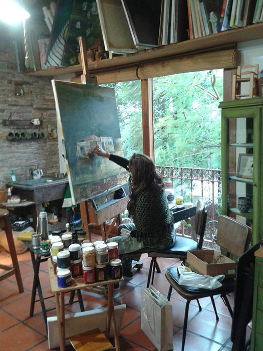 Alicia Ceballos pintando en su taller