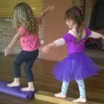 Niñas haciendo equilibrio en clase de danza