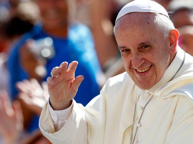 Papa Francisco saludando en Colombia