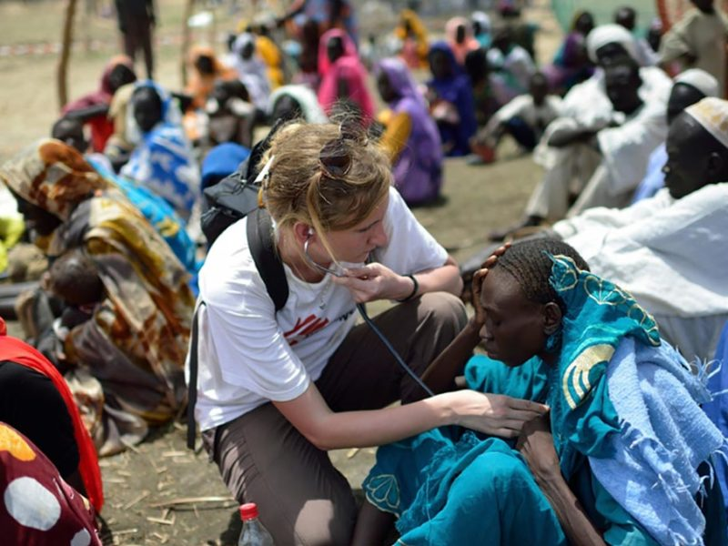 Una integrante de Médicos sin fronteras atendiendo