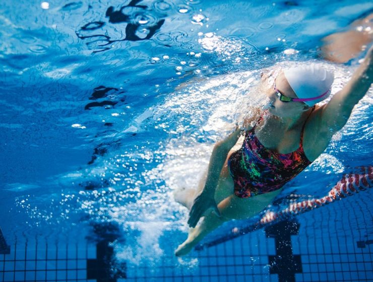 mujer nadando en pileta vista debajo del agua