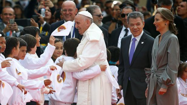 Papa Francisco con el presidente de Colombia y niños que lo saludan