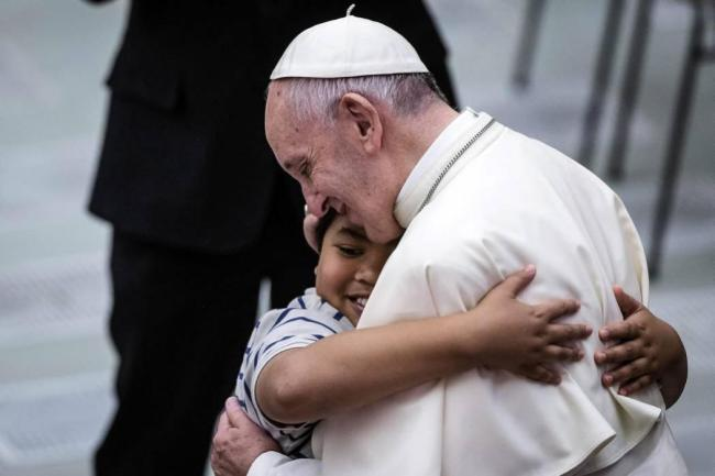 El Papa Francisco abrazando a niño