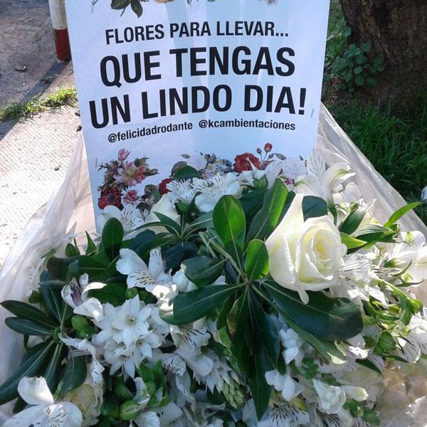 Arreglos florales con invitación a llevar las flores