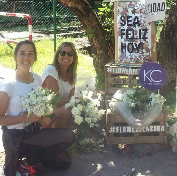 Dos mujeres reciben flores del flower flash
