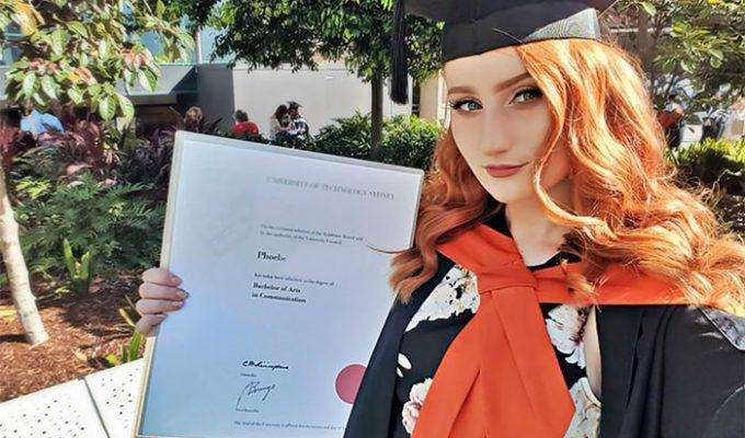 phoebe con su diploma en mano