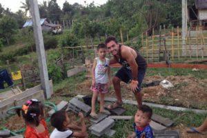 Gonzalo Erize con Saun en Laos