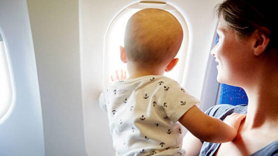 gesto en un vuelo por una bebe