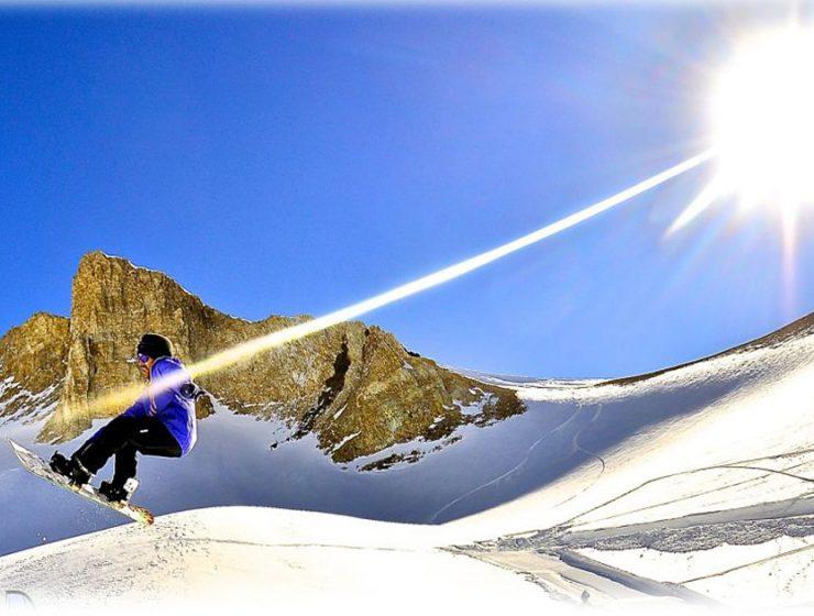 Las Leñas: esquiador saltando en medio de la nieve
